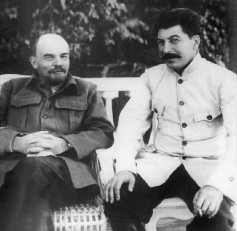 201707_stalin-1922-lenin-DW-Kultur-Gorki-jpg.jpg