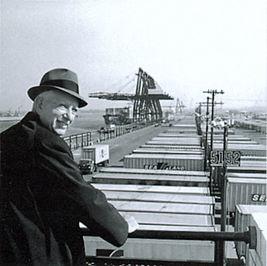 Malcolm_McLean_at_railing_Port_Newark_1957_7312751706.jpg
